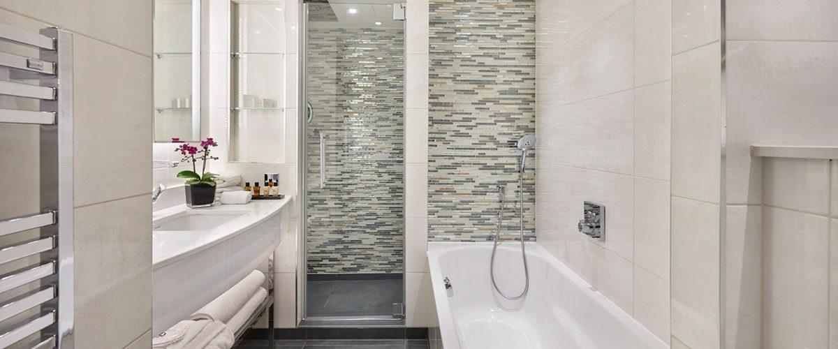 Crowne Plaza hotel Vauxhall en suite bathroom