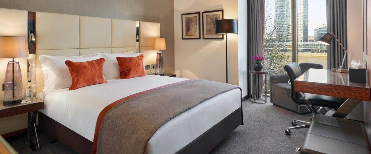 Crowne Plaza Hotel Vauxhall double bedroom and desk with view of the Thames